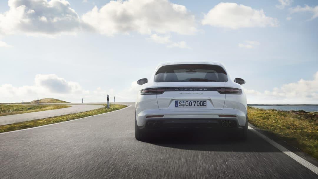 La Porsche Panamera et la future Porsche 911 type 992 ont le même bandeau lumineux à l'arrière