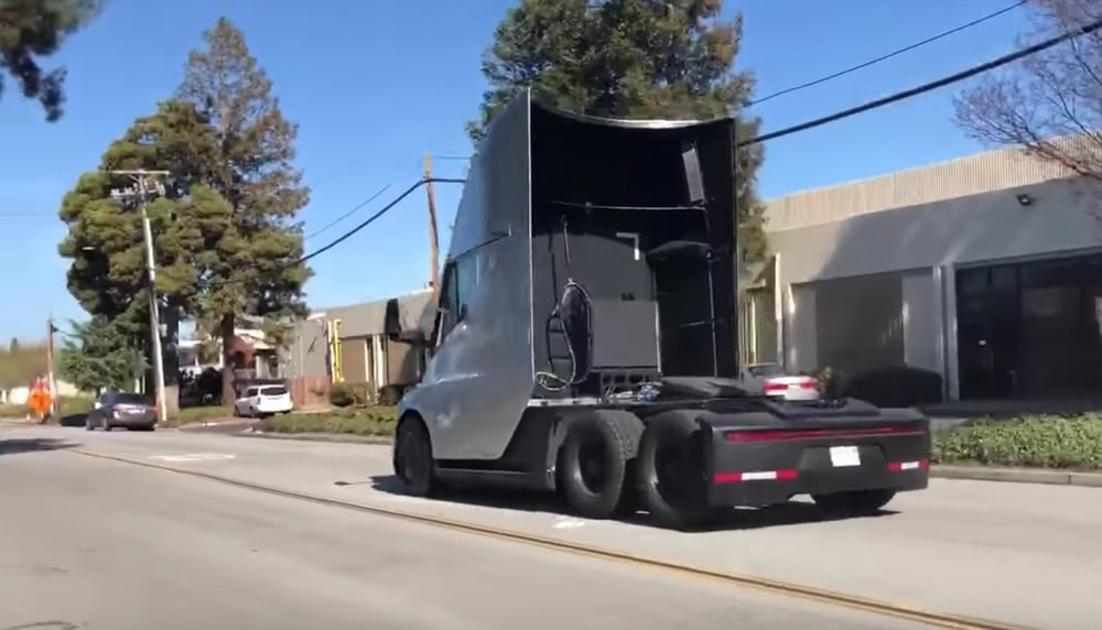 tesla semi truck sous cot vid o d 39 un run de 5s au 0 100 km h. Black Bedroom Furniture Sets. Home Design Ideas