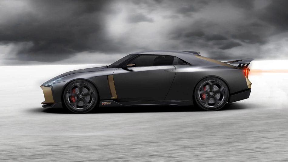 La nissan GT-R50 de profil