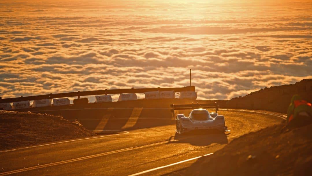 La Volkswagen ID-R au dessus des nuages pendant les essais.