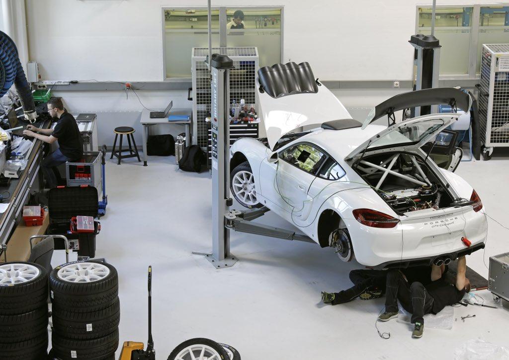 La Porsche Cayman RGT dans l'atelier