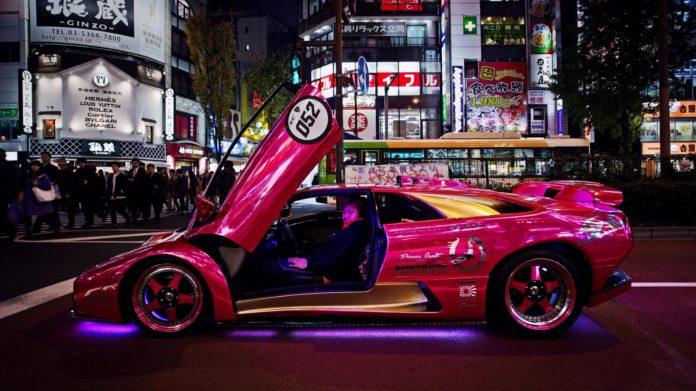 Morohoshi-san et sa Lamborghini Diablo rose flashy