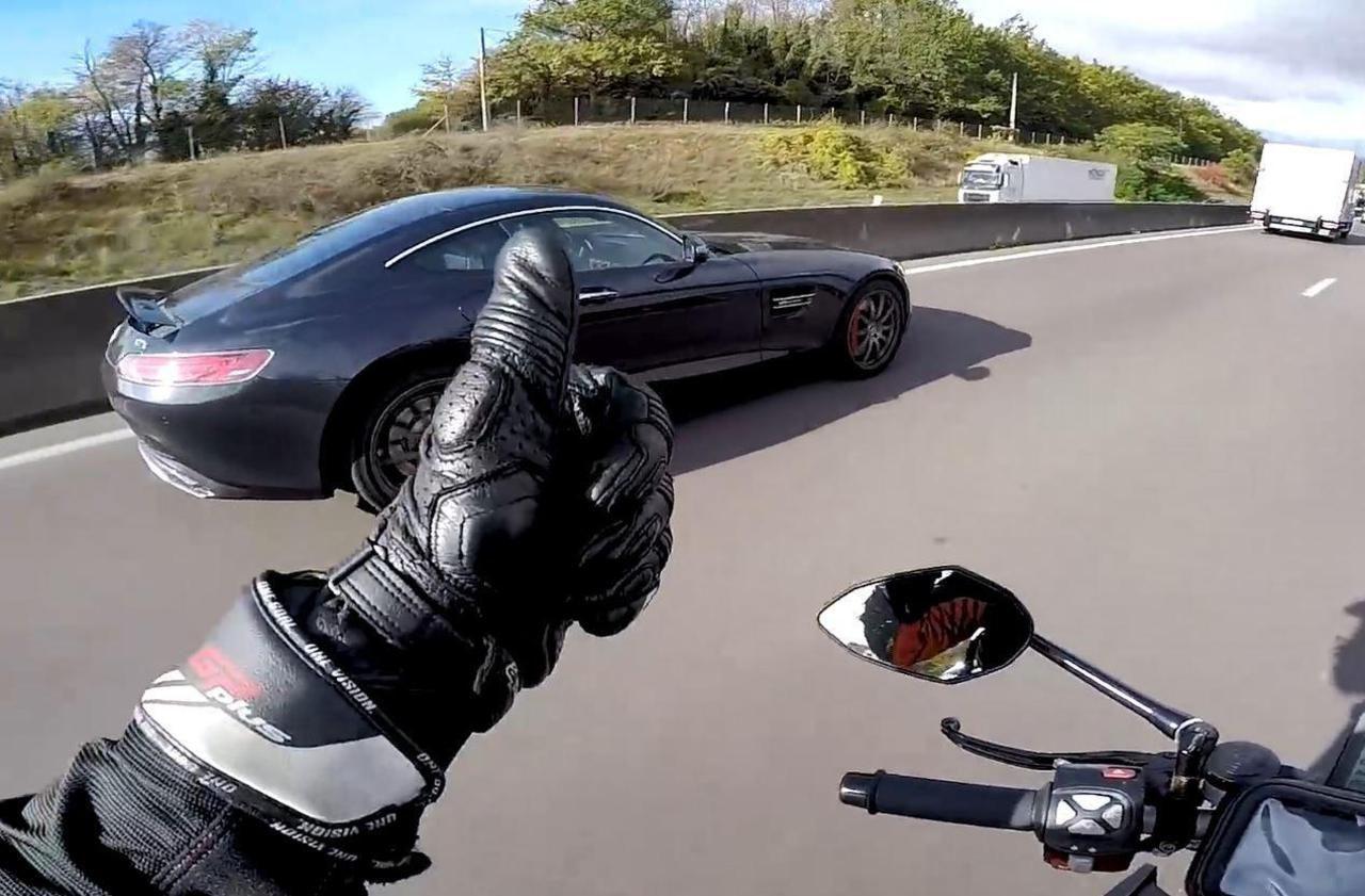 Motard vs AMG GT S