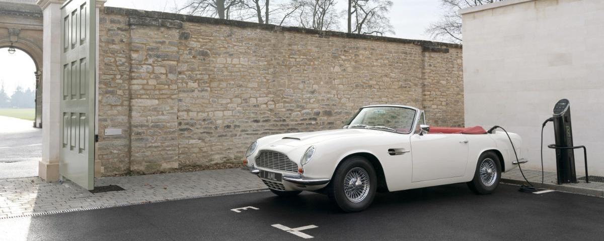 Aston Martin conversion électrique avec borne de rechargement
