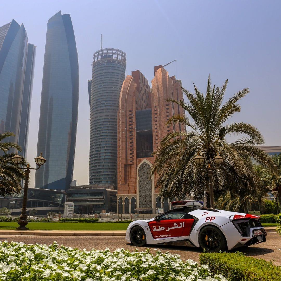 Lykan Hypersport de police dans le paysage de Dubaï