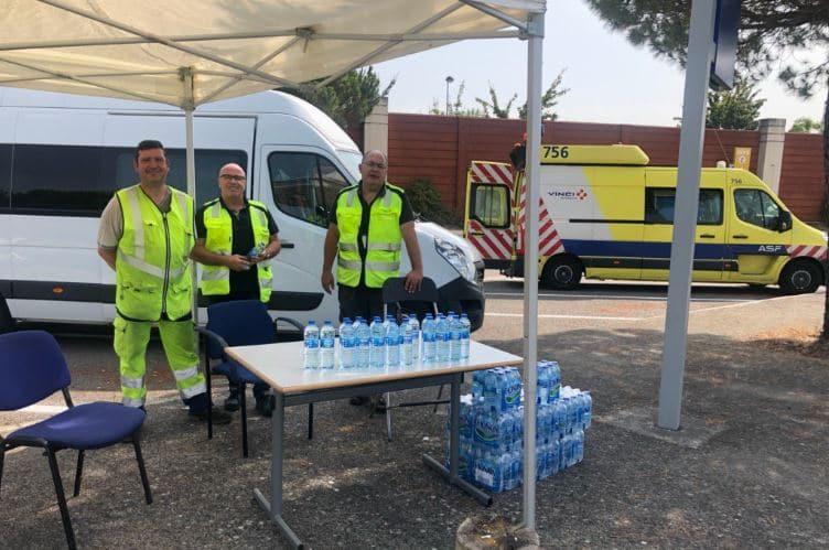 Vinci Autoroutes : distribution de bouteilles d'eau distribuées