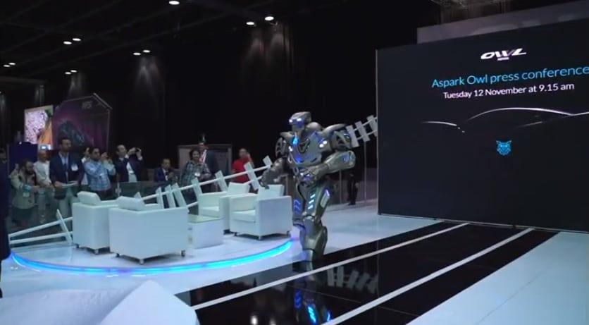 Aspark Owl présentée par un Titan le Robot
