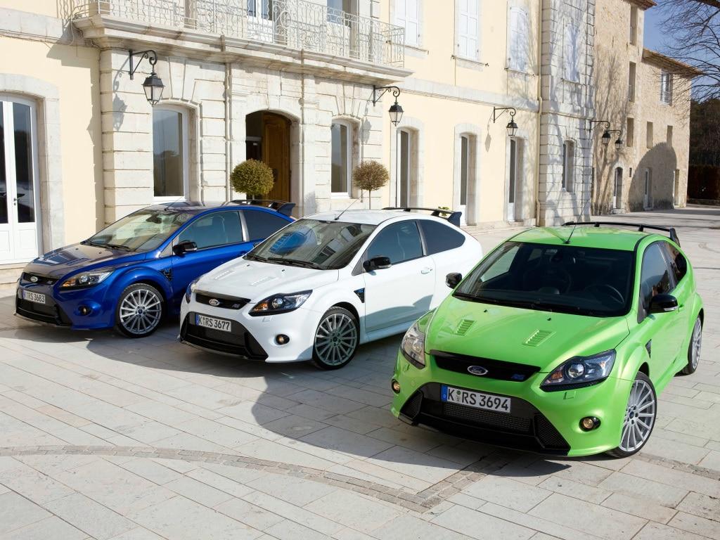Les trois livrées de la Focus RS mk2 : Bleu Cyclone, Blanc Glacier, et surtout Vert Australe