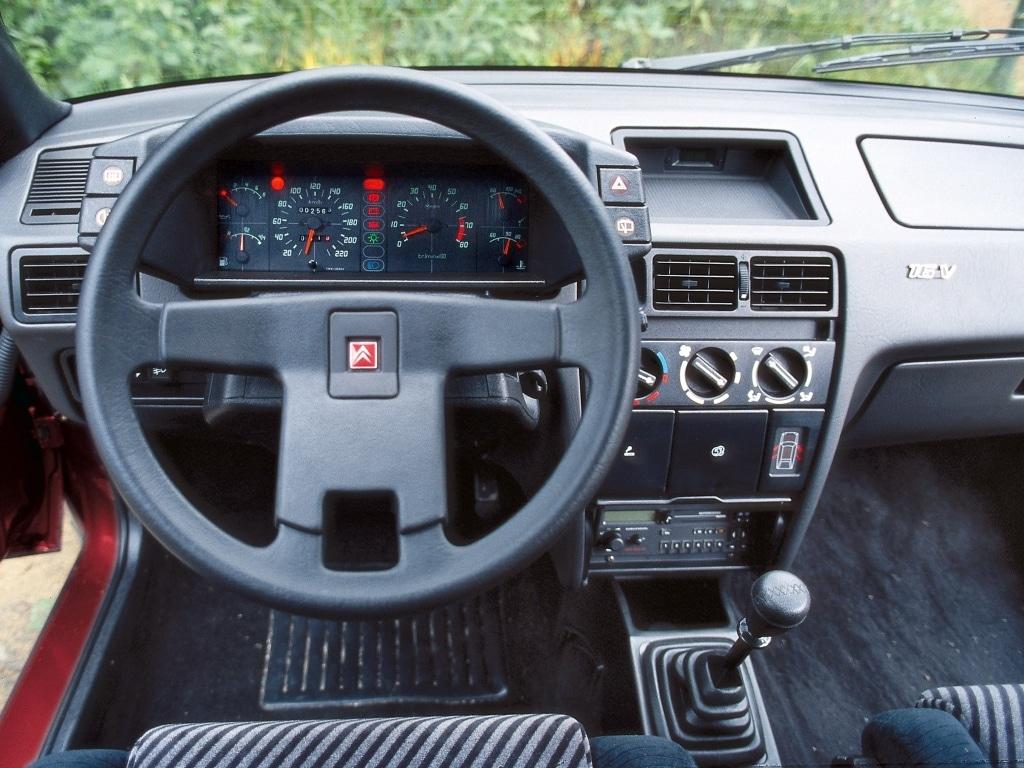 Au volant / Intérieur d'une Avant de la Citroën BX GTI 16S