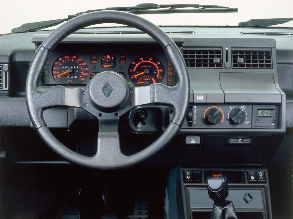 Tableau de bord de la Renault Super 5 GT Turbo